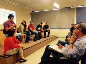Os estudantes e egressos da licenciatura em Filosofia da UFSM ocupando o espaço de fala no Colóquio.